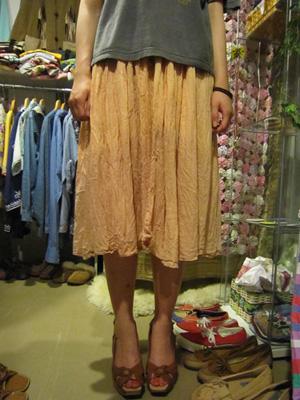 ピンクベージュのスカート