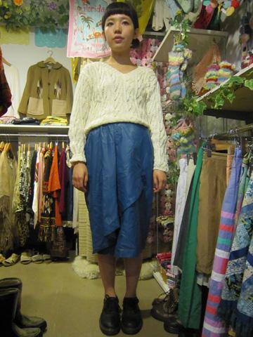 ニットとレザースカート