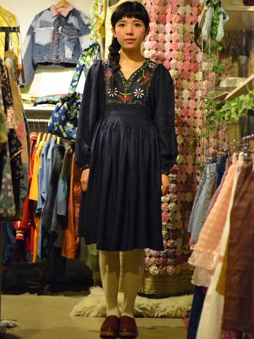 紺の刺繍ワンピ